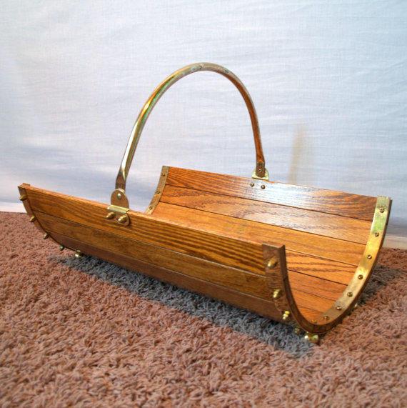 Деревянная дровница-полубочонок. Фото с сайта etsy.com