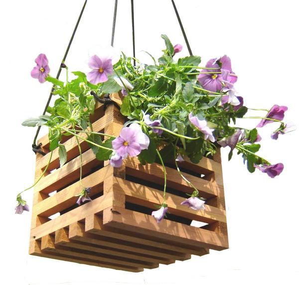 Подвесное деревянное кашпо. Фото с сайта http://www.daw-zahrady.cz