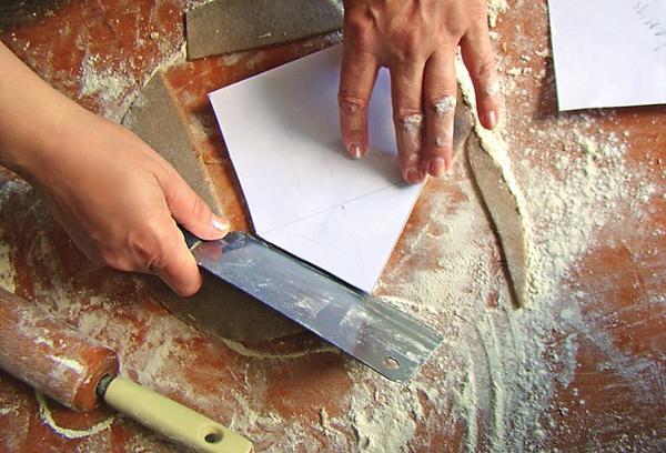 Разложите шаблоны по тесту и обведите острым ножом