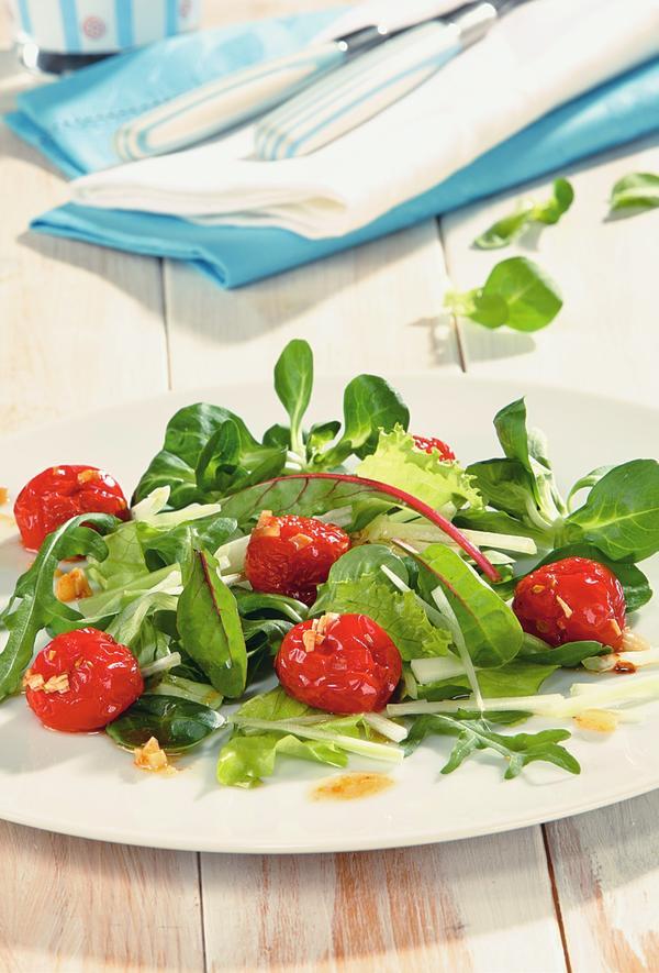 Салат с жареными помидорами. Фото: Олег Кулагин /ЦФА Burda