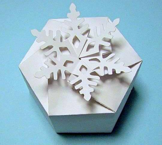 Подарочная коробка-снежинка. Фото с сайта usefuldiy.com