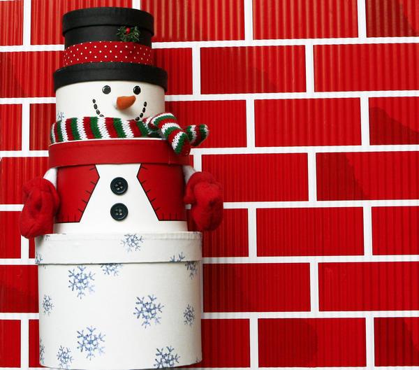 Снеговик из подарочных коробок