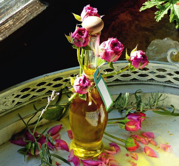 Масло, пахнущее розой и лавандой, пробуждает воспоминания о лете