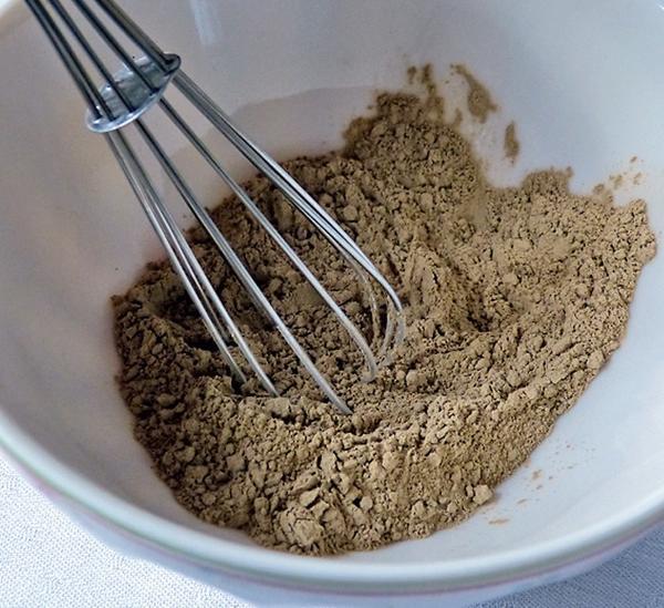 Поместите глину в небольшую емкость