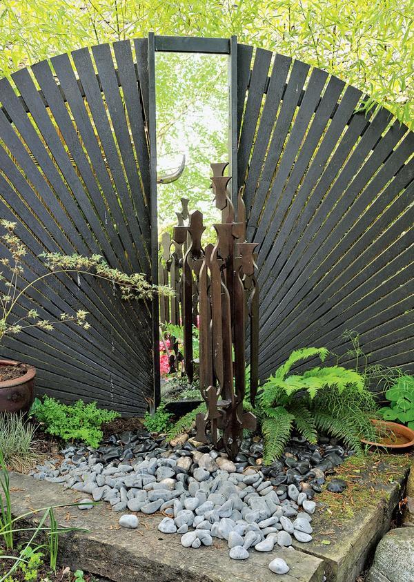 Если нужно повторить геометрическую особенность сада – отразите ее в садовом зеркале