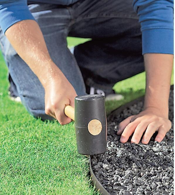 Бордюр препятствует распространению корней сорняков и не деформируется