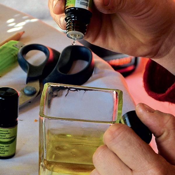 Ароматизируйте гидролат и перелейте в бутылочку с распылителем