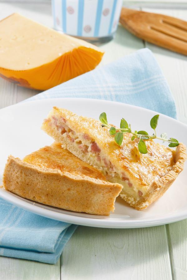 Пирог по-деревенски с сыром и копченостями