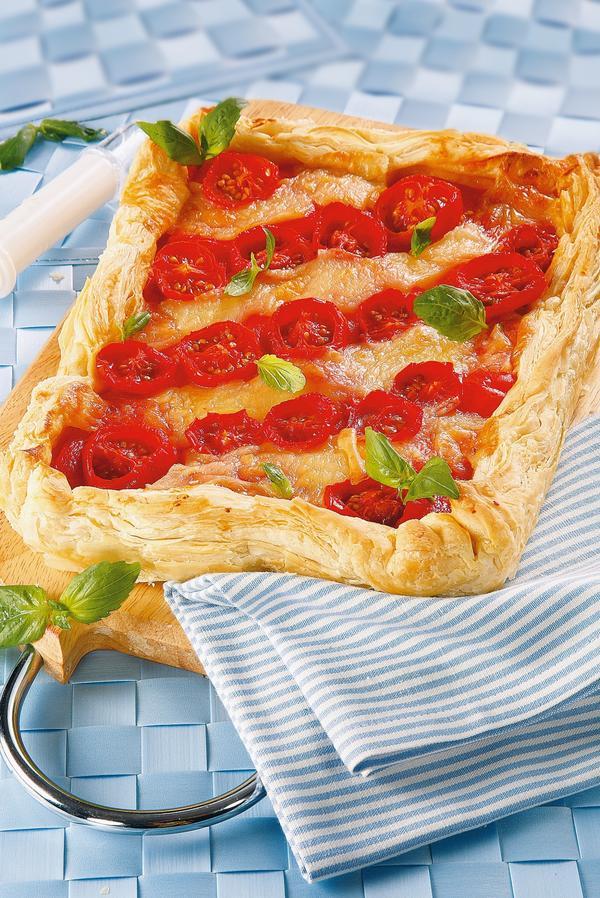 Открытый пирог с перцем, помидорами и моцареллой