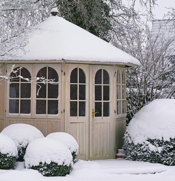 Садовая беседка зимой