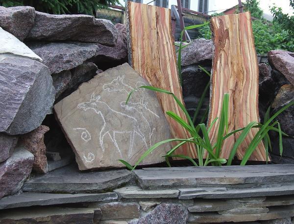 Наскальная живопись в саду выглядит неизбито и оригинально