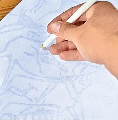 Положите рисунок на камень заштрихованной стороной вниз и обведите твердым карандашом