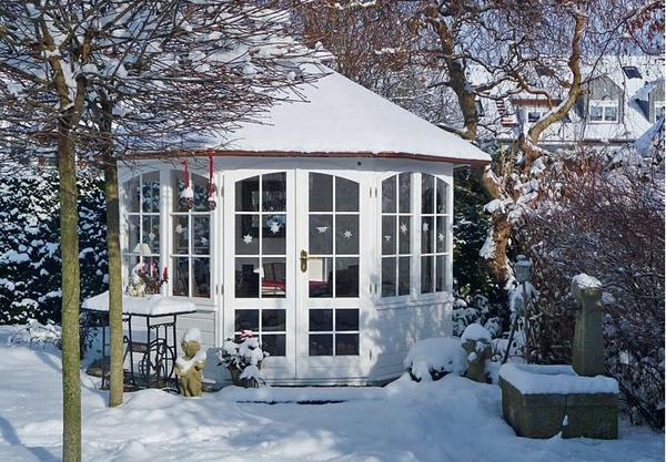 Стекла мини-домика зимой можно украсить снежинками