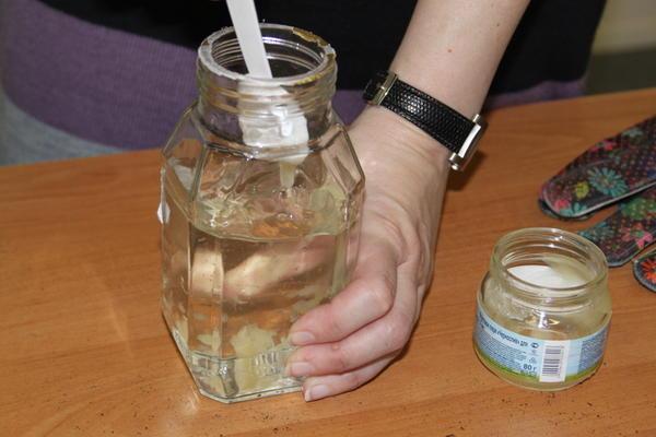 Приготовьте раствор мёда: 1 чайная ложка на стакан воды