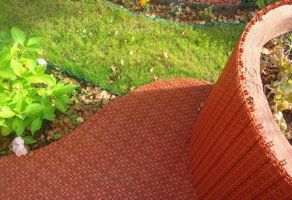Пластиковое модульное покрытие для садовых дорожек. Фото с сайта http://www.alm-faza.ru