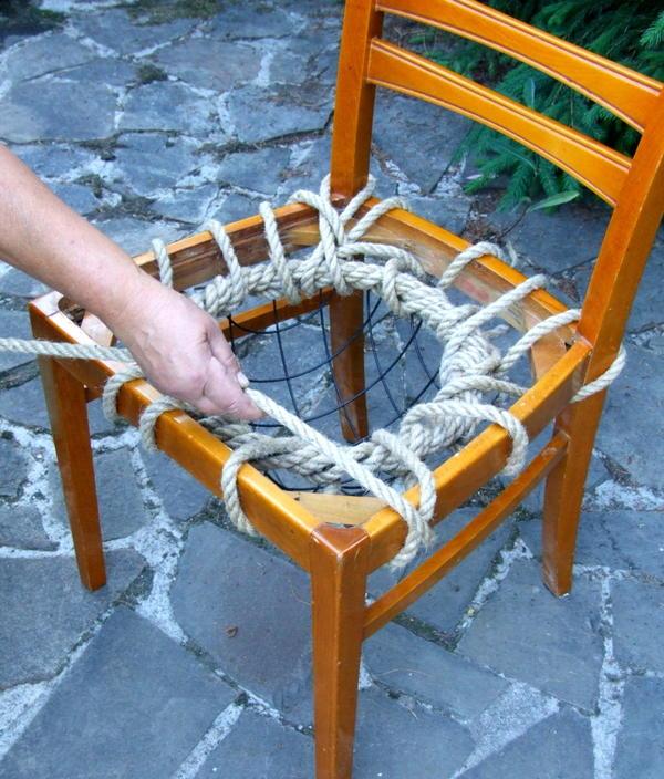 Приматывая каркас к сиденью, оплетаем верёвкой и края каркаса