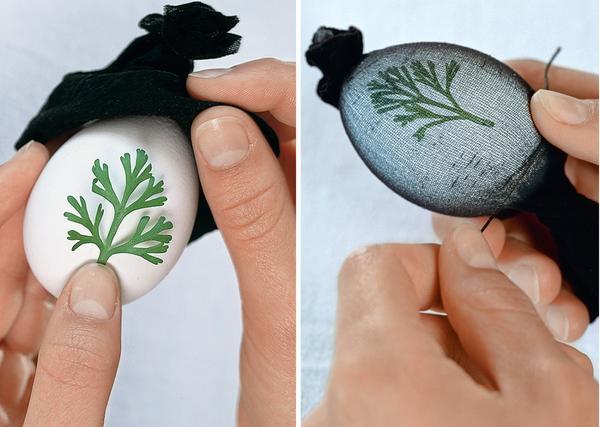Приложите листочек к яйцу, вложите яйцо в чулок, туго натяните его и завяжите нитками с обеих сторон