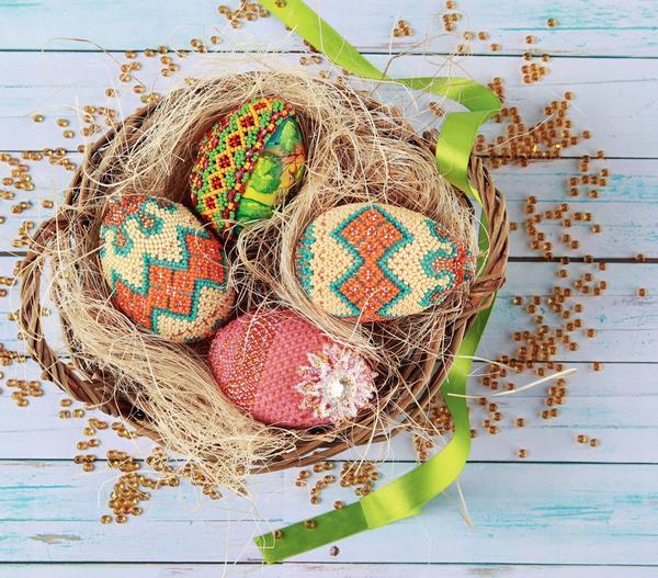 Деревянное яйцо, оплетенное бисером, украсит пасхальный стол и станет отличным подарком.