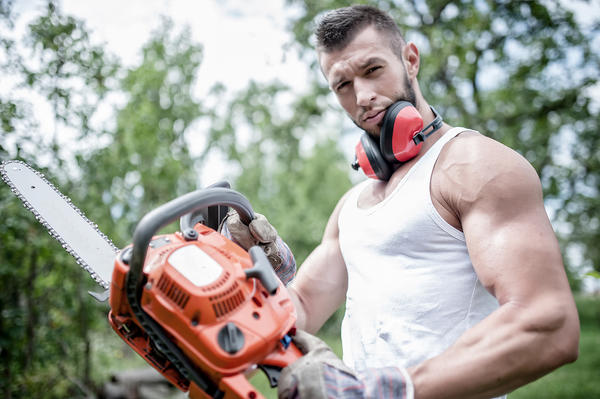 Работа с бензомоторной цепной пилой - удел крепких мужчин