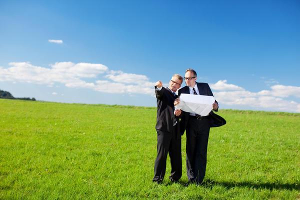 Продавец не обязан, но покупателю было бы спокойнее, если бы межевание уже было проведено.
