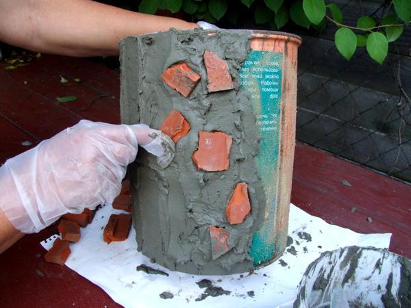 6. Выкладываем поверхность кусками кирпича