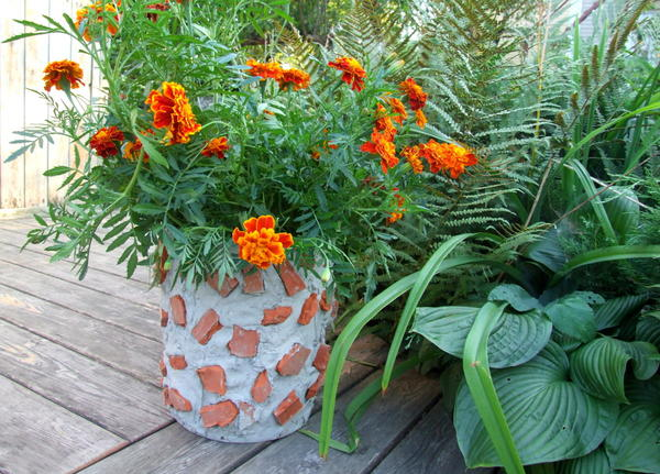 Цветочный контейнер с модным брутальным декором из битых кирпичей