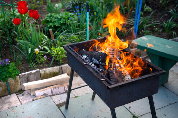 Для розжига мангала подойдут как готовые угли, так и дрова