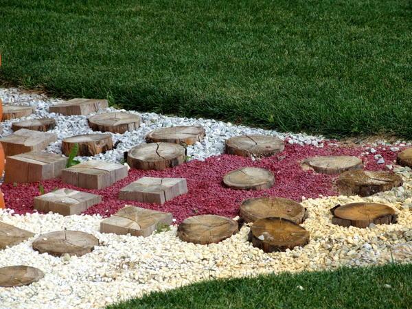 Можно комбинировать камни и древесные спилы