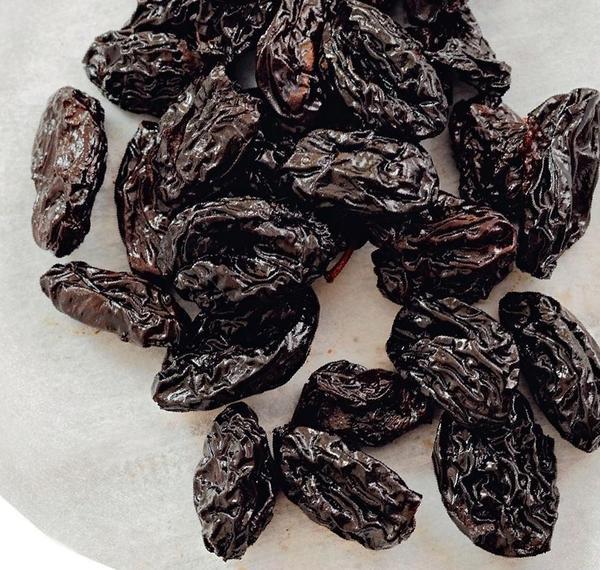 Чернослив получится вкуснее, если для приготовления взять очень сладкие сливы