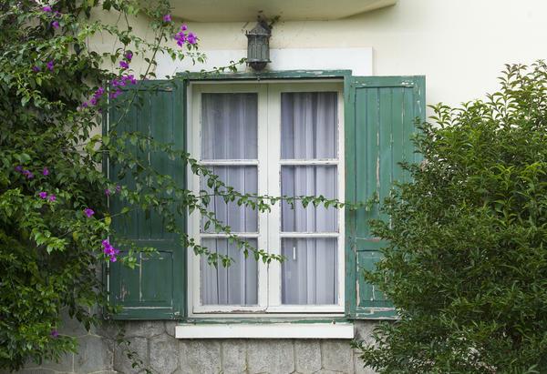 Пластиковые окна в деревянном доме: вопросы экспертам