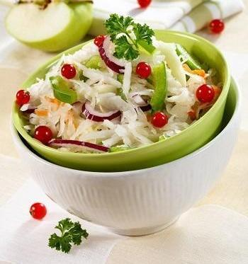 Квашеная капуста с клюквой, яблоком и зеленым перцем