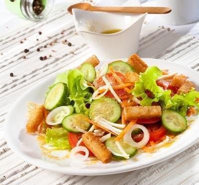 Салат из свежих овощей в горчичном соусе с гренками