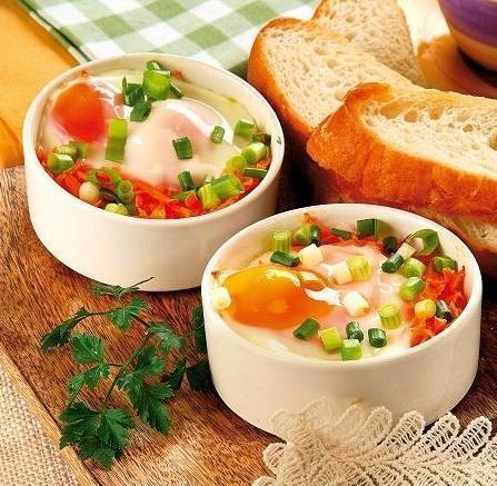 Яичница-глазунья на ароматных овощах
