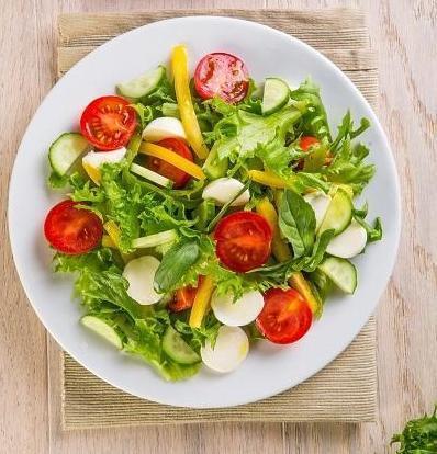 Салат из овощей с моцареллой