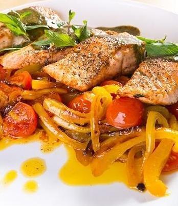 Форель с овощами под мятным соусом