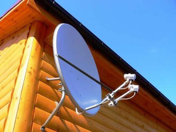 Спутниковая антенна на даче. Фото с сайта http://worldchart.biz/