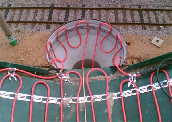 Монтаж систем обогрева труб и кровли. Фото с сайта http://soldim-heating.ru