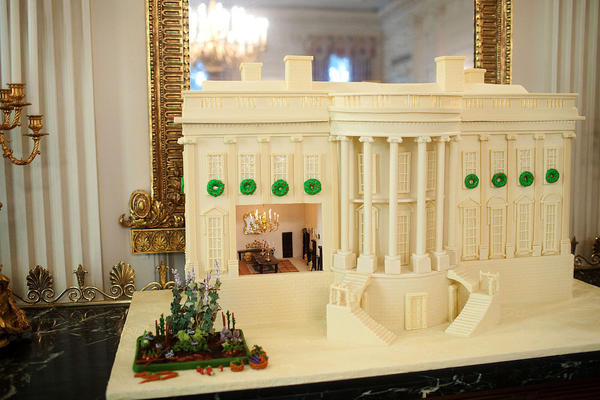 Копия Белого дома из имбирно-пряничного теста и белого шоколада. Фото: Samantha Appleton. Источник: https://en.wikipedia.org