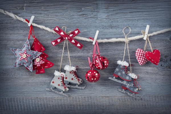 Шитые игрушки в виде новогодних звезд, елок и коньков