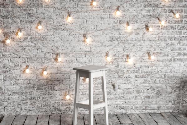 Можно соорудить гирлянду из обычных лампочек