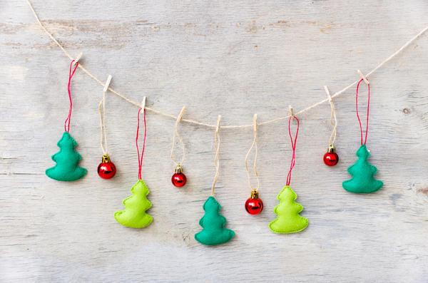 Разбавим елочки миниатюрными игрушками-шарами