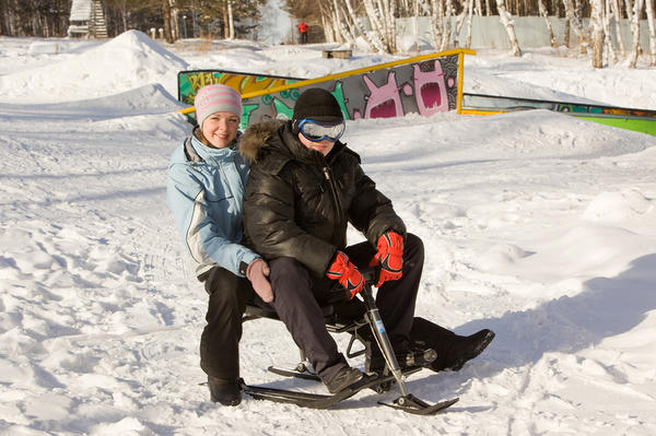 Молодые люди на снегокате