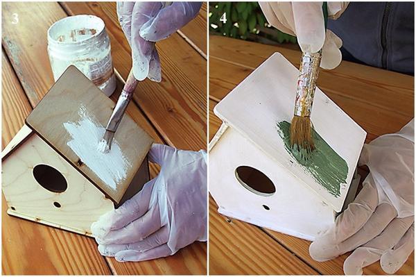 Покройте синичник акриловым грунтом. Хорошо высушите, нанесите на поверхность краску цвета зеленый антик и вновь высушите