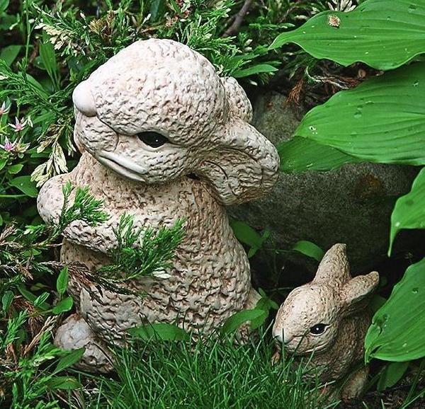 Оригинальные садовые фигурки могут получиться из резиновых или пластиковых детских игрушек