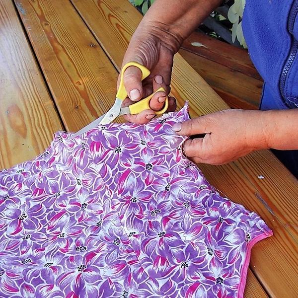 1. Разрежьте старые вещи из текстиля на ленты шириной 3-4 см.