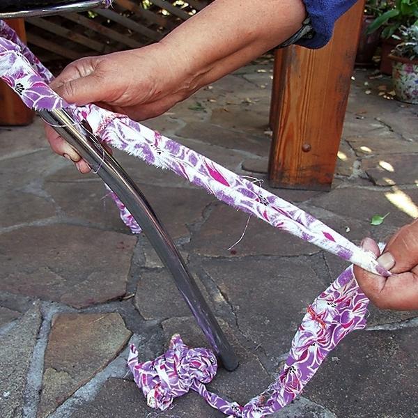 3. Туго обмотайте металлические детали мебели разноцветной лентой, а концы завяжите простыми узлами.
