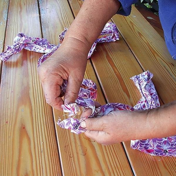 2. Свяжите все ленты вместе простыми узлами и скатайте в клубок.