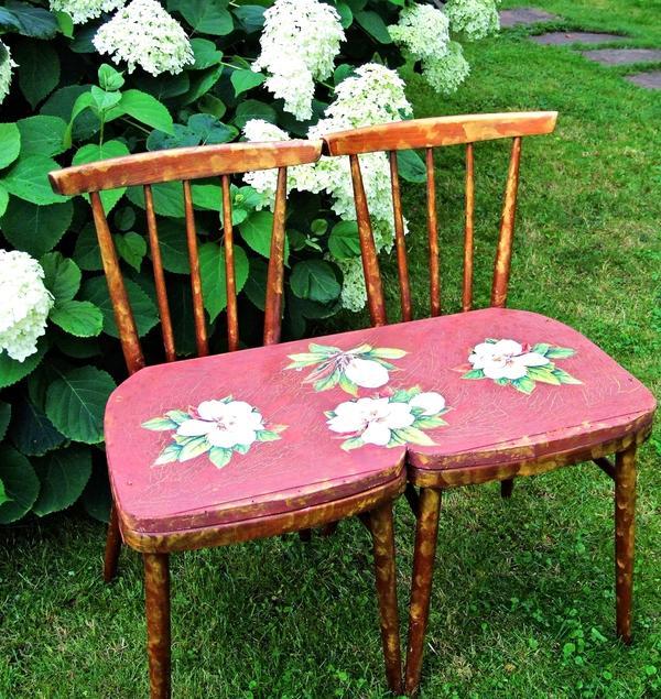Идеальный вариант для диванчика - зеленая лужайка, утопающая в ярких цветниках и декоративных кустарниках.