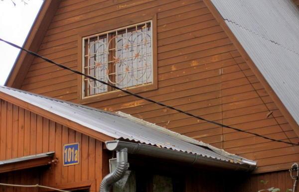 Железная крыша вполне сочетается со стальным водостоком