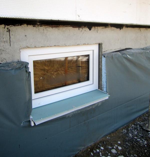 Продолговатое окно цокольного этажа